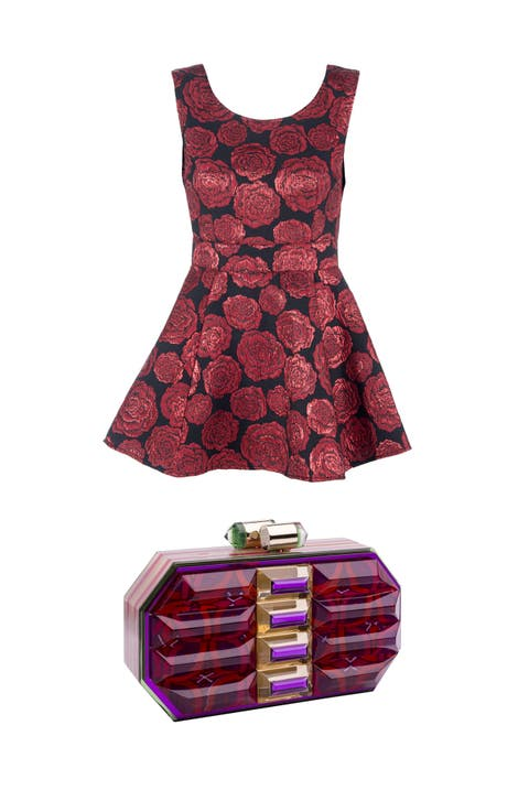 Minidress in jaquard floreale e gonna a ruota,<strong> Silvian Heach</strong>  Clutch in resina e smalti, <strong>Lolita Lorenzo </strong>