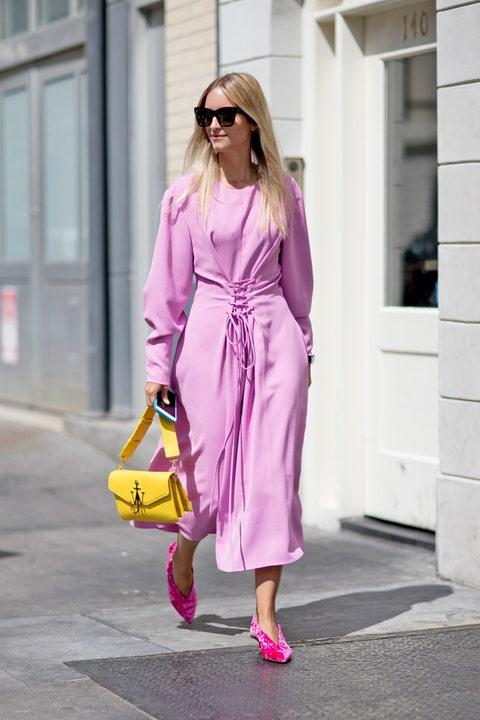 Sarà per la nuova tendenza dei capelli rosa quarzo, ma il rosa sta davvero spopolando tra i look più cool nella Grande Mela: prendi spunto qui per capire come indossare il rosa ed essere favolosa