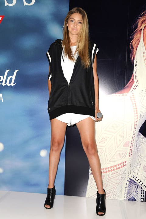 Footwear, Leg, Sleeve, Human leg, Shoulder, Joint, High heels, Style, Fashion model, Sandal,