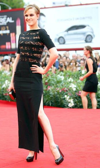 Leg, Flooring, Shoulder, Joint, Red, Dress, Carpet, Style, Fashion, Waist,