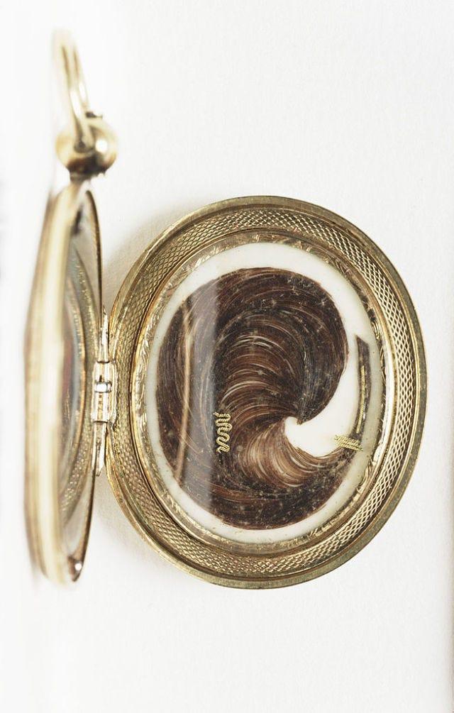 Metal, Brass, Locket, Bronze, Bronze, Pendant, Circle, Body jewelry, Silver, Chain,