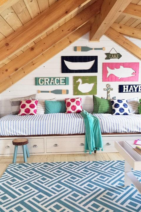 Wood, Interior design, Room, Green, Living room, Floor, Home, Wall, Textile, Furniture,