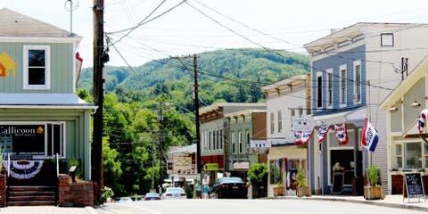 Town, Neighbourhood, Residential area, Human settlement, Street, Building, House, Downtown, Urban area, Road,