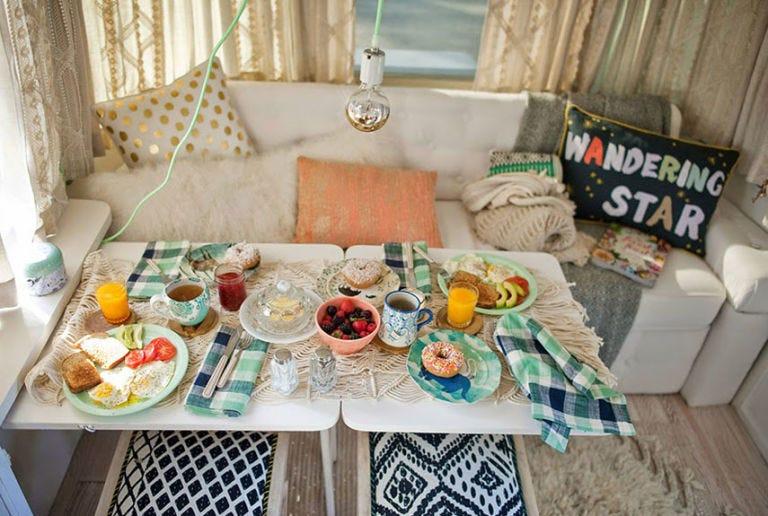 Tablecloth, Textile, Interior design, Dishware, Cuisine, Table, Meal, Dish, Tableware, Serveware,