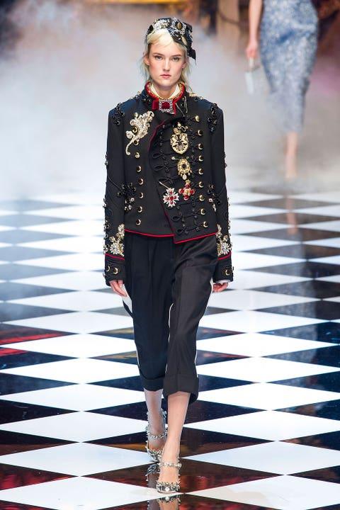 Fashion show, Outerwear, Fashion model, Style, Runway, Jewellery, Street fashion, Fashion, Waist, Blazer,