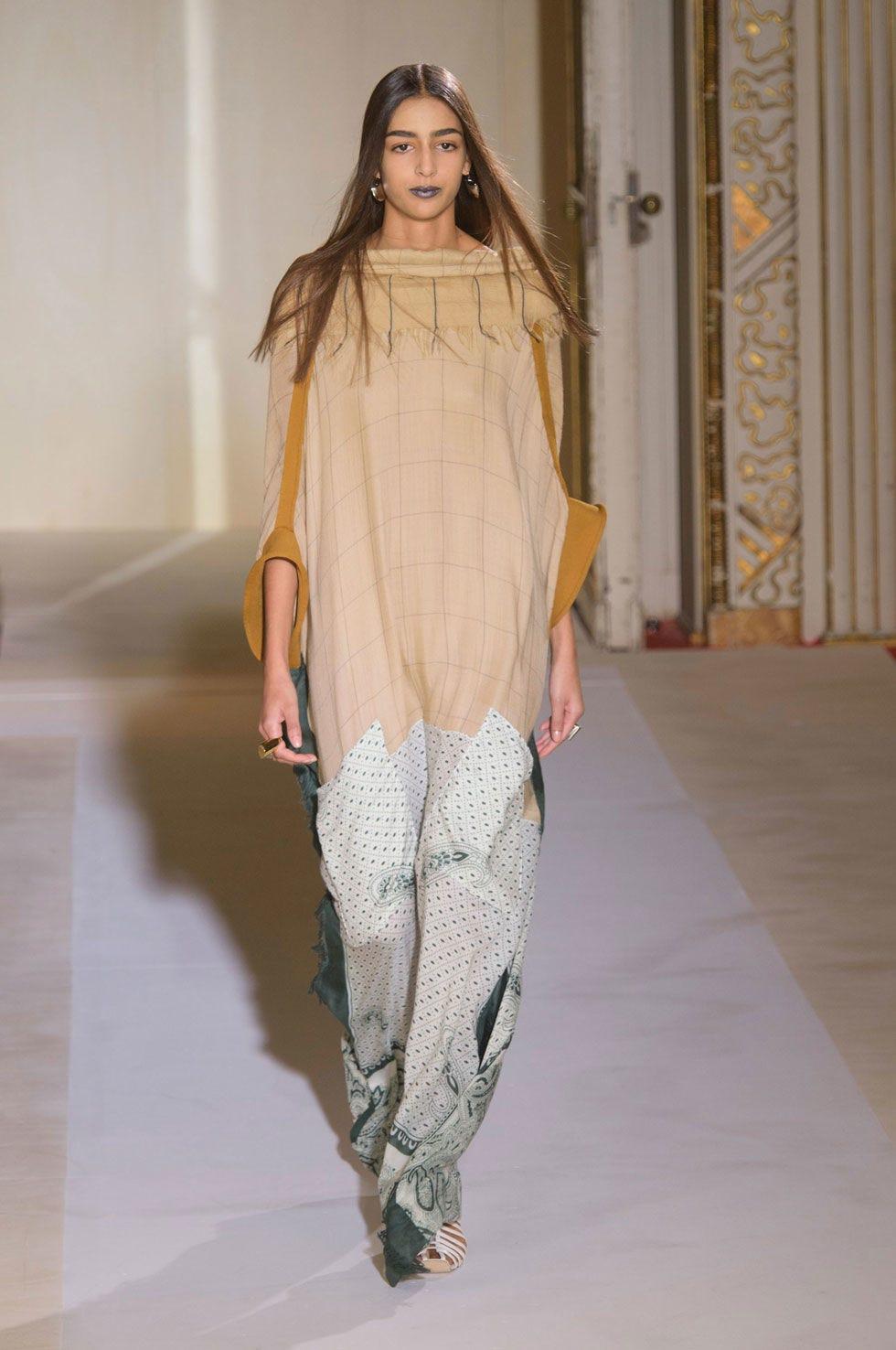 Shoulder, Joint, Fashion show, Style, Fashion model, Fashion, Runway, Street fashion, Long hair, Beige,