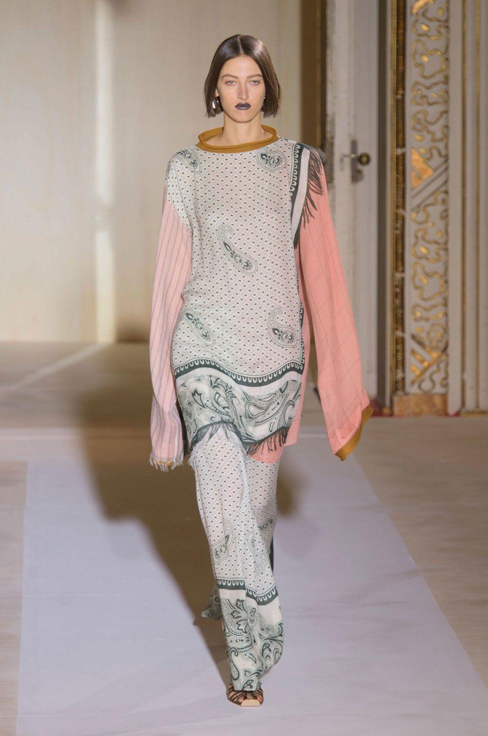Sleeve, Shoulder, Textile, Joint, Fashion show, Fashion model, Fashion, Street fashion, Runway, Sweater,