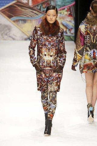 Clothing, Fashion show, Joint, Runway, Style, Pattern, Fashion model, Fashion, Neck, Street fashion,