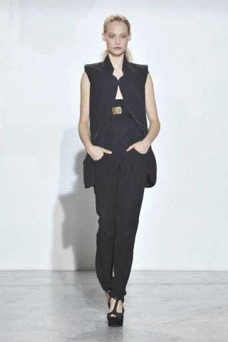 Shoulder, Standing, Joint, Style, Formal wear, Fashion show, Fashion model, Waist, Knee, Fashion,