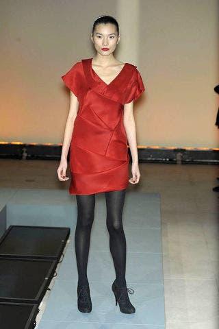 Sleeve, Human leg, Shoulder, Joint, Dress, Standing, Red, Floor, One-piece garment, Waist,