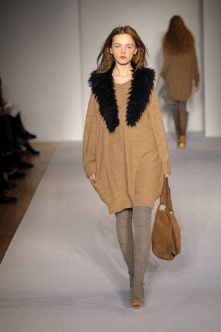 Brown, Sleeve, Fashion show, Shoulder, Textile, Joint, Outerwear, Style, Fashion model, Runway,