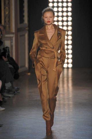 Footwear, Brown, Fashion show, Runway, Outerwear, Waist, Style, Fashion model, Fashion, Jacket,