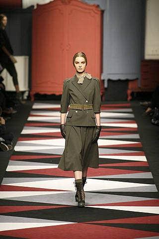 Standing, Flooring, Style, Fashion, Carpet, Uniform, Boot, Street fashion, Fashion model, Fashion show,