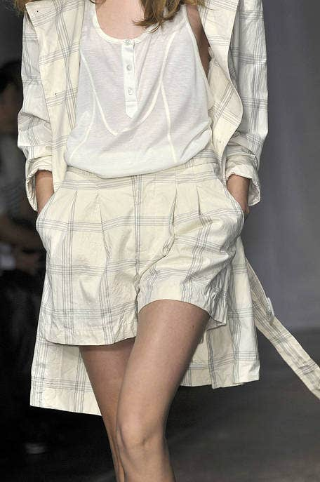 Sleeve, Human leg, Shoulder, Textile, Joint, White, Style, Knee, Waist, Thigh,