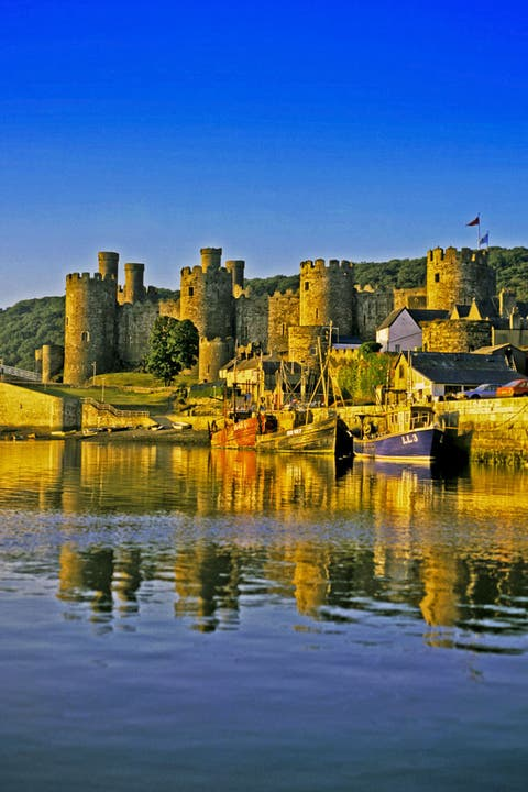 Body of water, Water, Water resources, Waterway, Building, Watercourse, Reflection, Town, Water castle, Bank,