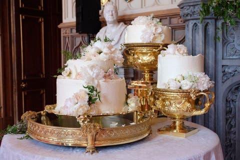 Wedding cake, Wedding ceremony supply, Cake, Floristry, Centrepiece, Floral design, Buttercream, Flower Arranging, Icing, Flower,