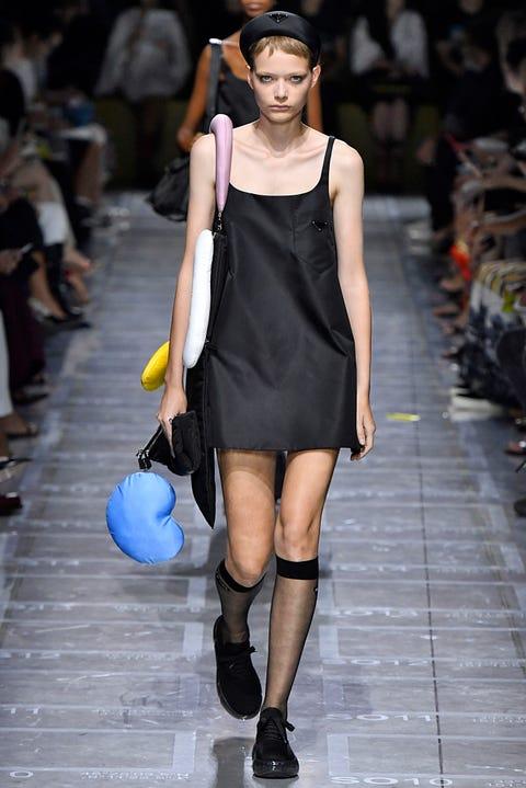 Fashion model, Fashion show, Fashion, Runway, Clothing, Street fashion, Shoulder, Footwear, Leg, Fashion design,