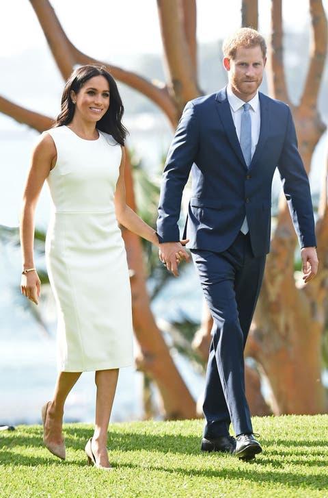 Suit, Formal wear, Gesture, Holding hands, Dress, Walking, Interaction, Event, Fun, Grass,