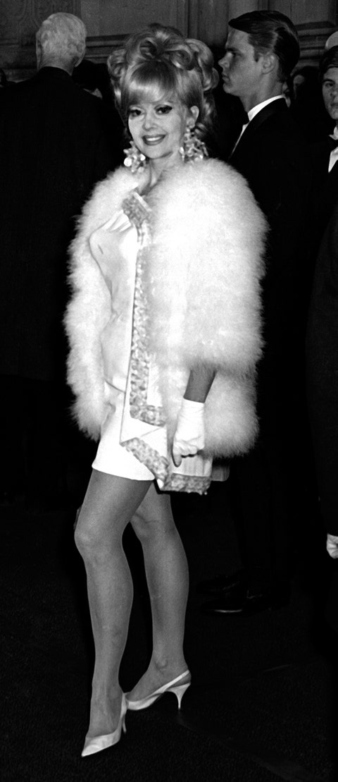 Fur clothing, Fur, White, Fashion, Leg, Standing, Human leg, Textile, Black-and-white, Performance,