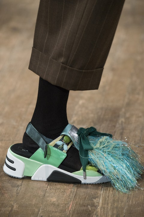 Green, Footwear, Shoe, Human leg, Leg, Ankle, Athletic shoe, Outdoor shoe, Skate shoe, Jeans,
